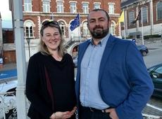 Liselore Fuchs en Siegfried Gilis op het gemeenteplein van Hoegaarden