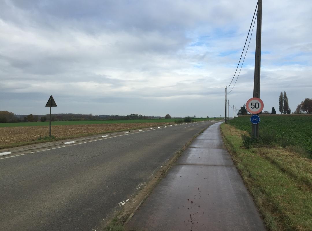 Een foto van de verwaarloosde Waversesteenweg in Meldert richting Oorbeek
